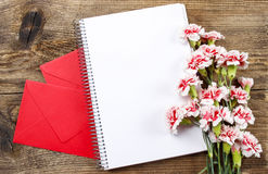 Vista superior da folha vazia do caderno, envelopes pequenos Fotos de Stock