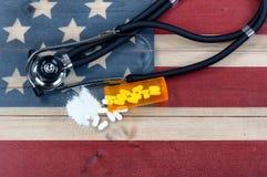 Vista superior da garrafa aberta da prescrição da matança esmagada da dor do opiáceo Imagens de Stock