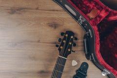 Vista superior da guitarra acústica com a caixa dura da guitarra de couro imagem de stock royalty free