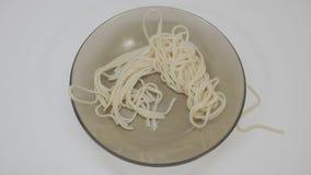 Vista superior da massa com molho de creme do cogumelo na placa branca da porcelana na tabela de madeira Massa dos espaguetes com Fotografia de Stock