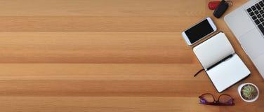 Vista superior da mesa de escritório no fundo de madeira Imagem de Stock Royalty Free