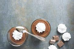 Vista superior da musse de chocolate, merengue fresca Espaço vazio para seu projeto foto de stock