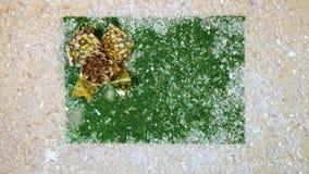 Vista superior da neve de queda na colisão verde do whith do fundo e na curva dourada vídeos de arquivo
