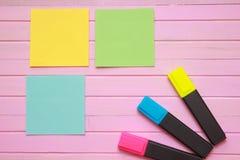 A vista superior da página vazia do caderno na cor pastel coloriu a mesa de escritório do fundo com objetos diferentes Estilo mín Fotografia de Stock Royalty Free