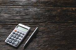 A vista superior da pena com espaço da calculadora e da cópia para a inserção text Imagens de Stock Royalty Free