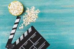 Vista superior da pipoca e da válvula do filme no conceito de madeira do tempo de filme da tabela imagem de stock royalty free