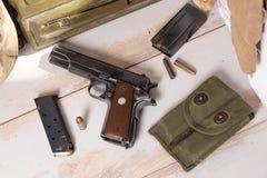Vista superior da pistola semiautomática calibre 45 com compartimento Foto de Stock