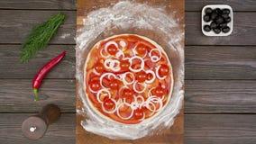 A vista superior da pizza do vegetariano na placa de madeira na tabela, para a animação do movimento filme