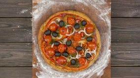 A vista superior da pizza do vegetariano que come na placa de madeira, para a animação do movimento filme