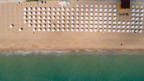 Vista superior da praia com guarda-chuvas brancos Areias douradas, Varna, Bulgária foto de stock