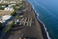 Vista superior da praia de Perissa em Santorini Fotos de Stock