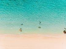 Vista superior da praia do paraíso com água do oceano de turquesa, tiro aéreo imagem de stock royalty free