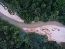 Vista superior da praia pebbled e a curvatura no rio no f Fotografia de Stock Royalty Free