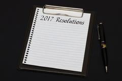 Vista superior da prancheta e da folha branca escritas com o Resoluti 2017 Imagens de Stock