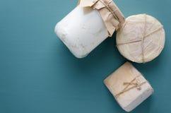 Vista superior da ricota, provolone, Gouda no fundo ciano Vários tipos do queijo imagem de stock royalty free