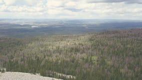 Vista superior da rocha branca e panorama do vale com grampo da floresta Paisagem do vale montanhoso com horizonte do céu nebulos fotografia de stock royalty free