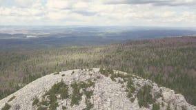 Vista superior da rocha branca e panorama do vale com grampo da floresta Paisagem do vale montanhoso com horizonte do céu nebulos imagens de stock royalty free
