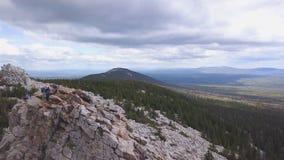 Vista superior da rocha com turistas grampo Horizonte do terreno montanhoso com céu nebuloso Opinião os turistas que escalam no p imagem de stock