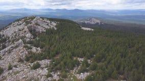 Vista superior da rocha com turistas grampo Horizonte do terreno montanhoso com céu nebuloso Opinião os turistas que escalam no p fotografia de stock