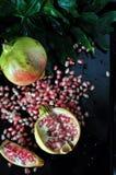 Vista superior da romã com a semente no fundo preto Foto de Stock