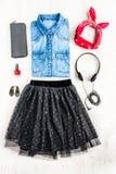 Vista superior da roupa fêmea Uma colagem da saia do tull da mulher, da camisa da sarja de Nimes e dos acessórios Equipamento urb Fotografia de Stock