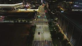 Vista superior da rua com carros e construções modernas na cidade chinesa grande na noite tiro Ideia aérea da noite do centro da  video estoque
