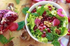 Vista superior da salada da endívia encaracolado com romã, porcas foto de stock royalty free