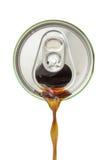 Vista superior da soda que derrama da lata de bebida de alumínio no branco fotos de stock