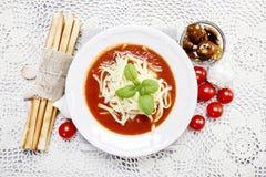 Vista superior da sopa do tomate e da pilha de palitos Fotos de Stock
