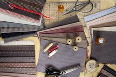 Vista superior da tabela da costura com telas e fontes para a decoração home ou o projeto estofando Fotografia de Stock Royalty Free