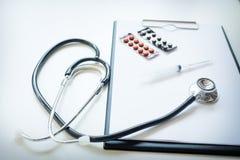 Vista superior da tabela da mesa do doutor com estetoscópio e bloco de notas com foto de stock