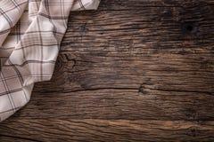 Vista superior da toalha de mesa quadriculado ou do guardanapo na tabela de madeira vazia foto de stock
