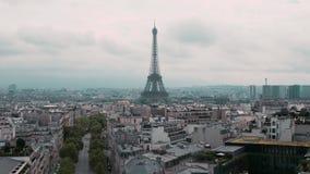 Vista superior da torre Eiffel e dos telhados do capital Movimento lento de Paris, França Carros da arquitetura da cidade na estr video estoque