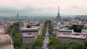 Vista superior da torre Eiffel e dos telhados do capital Movimento lento de Paris, França Tráfego da arquitetura da cidade na est video estoque