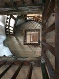 Vista superior da trombeta espiral de madeira interna do vão das escadas a um a Fotografia de Stock
