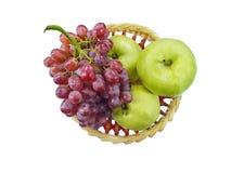 Vista superior da uva vermelha e da goiaba maduras frescas fotos de stock royalty free