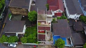 Vista superior da vizinhança suburbana em Banguecoque Ideia aérea de partes superiores do estacionamento e do telhado da urbaniza fotografia de stock royalty free