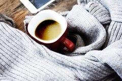 A vista superior da xícara de café no cinza fez malha a camiseta - tabela de madeira - vidro vermelho foto de stock royalty free