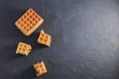 Vista superior das bolachas vienenses frescas doces quebradas em partes sobre em uma tabela preta Copie o espaço Europeu para o c foto de stock