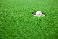Vista superior das bolas de golfe empilhadas acima no campo verde Fotografia de Stock Royalty Free