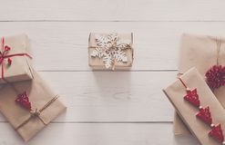Vista superior das caixas de presente na madeira branca Fotografia de Stock