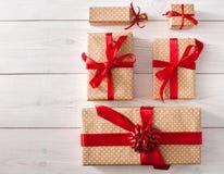 Vista superior das caixas de presente no branco com espaço da cópia Imagem de Stock