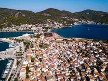 Vista superior das casas e do porto do mar na ilha de Poros, Mar Egeu foto de stock royalty free