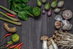 Vista superior das especiarias, Tom Yum no assoalho de madeira cinzento velho Alimento tailandês - fritada #6 do Stir Picante pic fotografia de stock royalty free