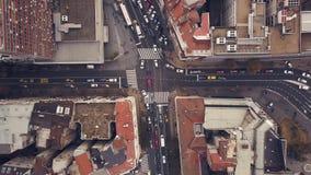 Vista superior das estradas transversaas com tráfego de carro video estoque
