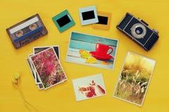 Vista superior das fotografias ao lado da câmera velha imagens de stock