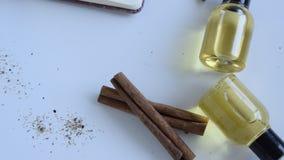 Vista superior das garrafas com óleo essencial da canela Produto cosm?tico video estoque