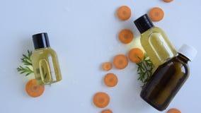 Vista superior das garrafas com óleo essencial da cenoura filme