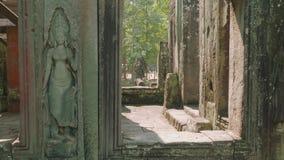 Vista superior das ruínas do templo antigo de Angkor Wat do interior da peça deste templo video estoque