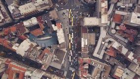 Vista superior das ruas com tráfego de carro video estoque